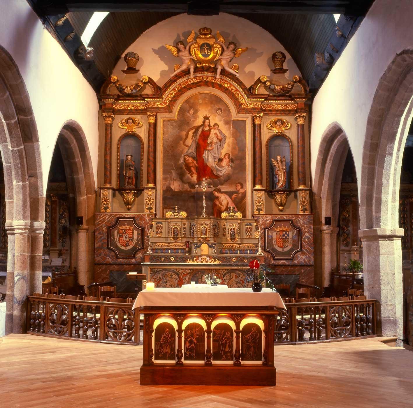 une vue du choeur de l'église de larmor-plage avec l'autel décoré par le peintre guillevic