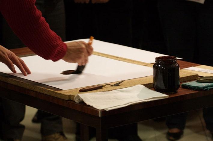 le peintre yannig guillevic et un bg sur papier