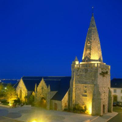 l'église de larmor-plage est un monument historique pour lequel a travaillé le peintre guillevic
