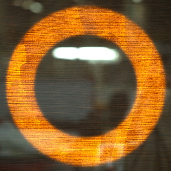 un anneau de lumière symbolise l'art du memento mori