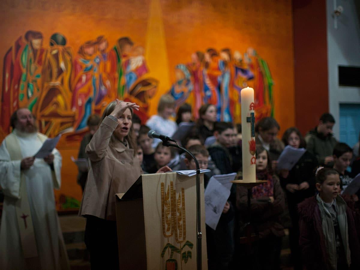 Célébration du Lavement des pieds avec chorale dans l'église de Saint-Tugdual