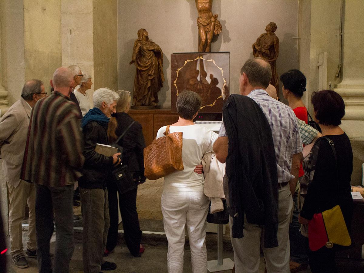 Le Memento mori devant un groupe de visiteurs à Lyon
