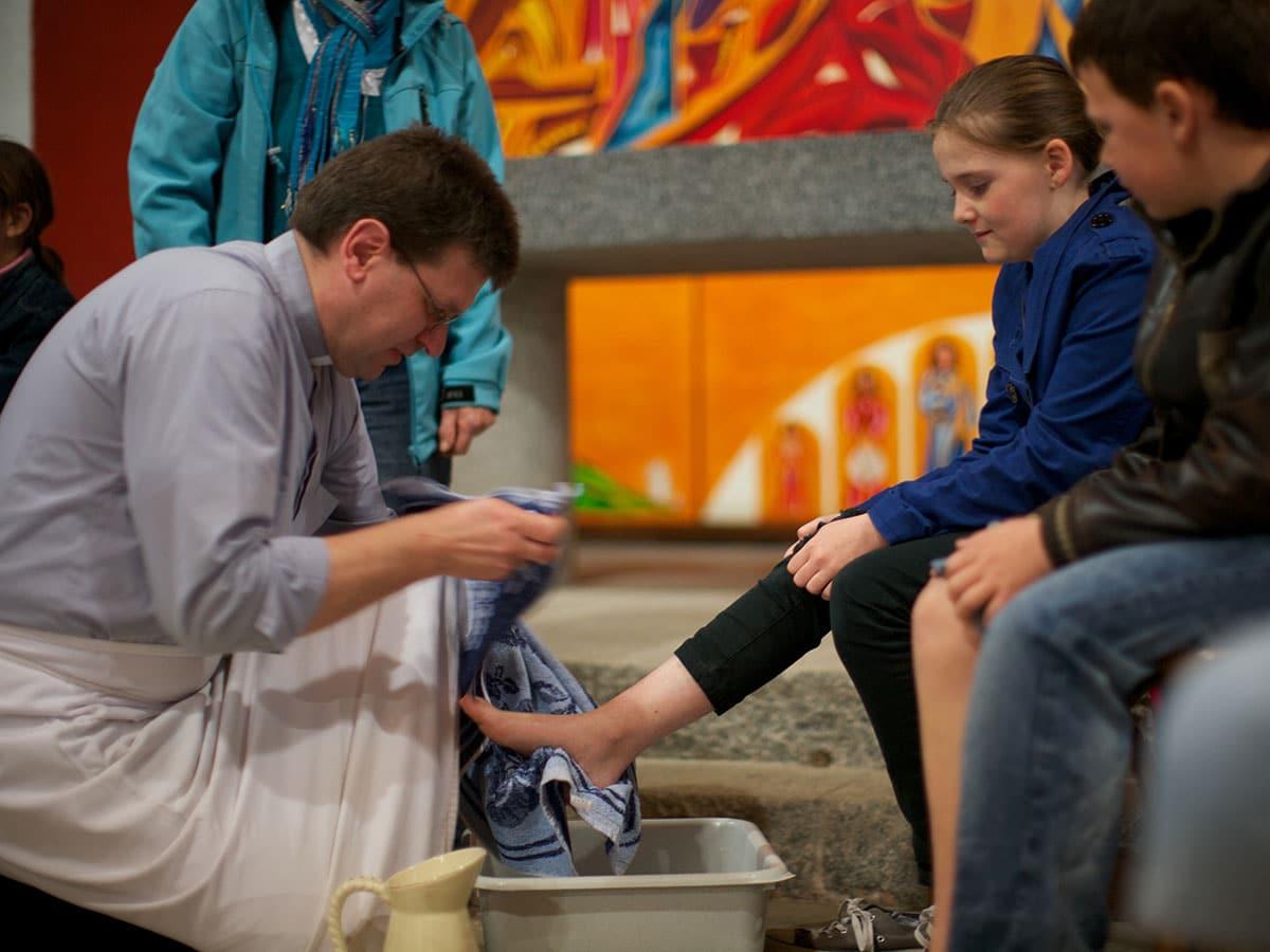 Chaque jeudi Saint une célébration du lavement des pieds a lieu dans l'église de saint-tugdual
