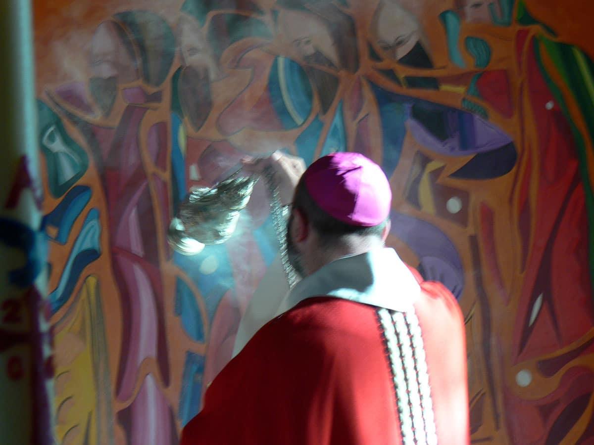 Monseigneur Centène bénit la peinture du Lavement des pieds
