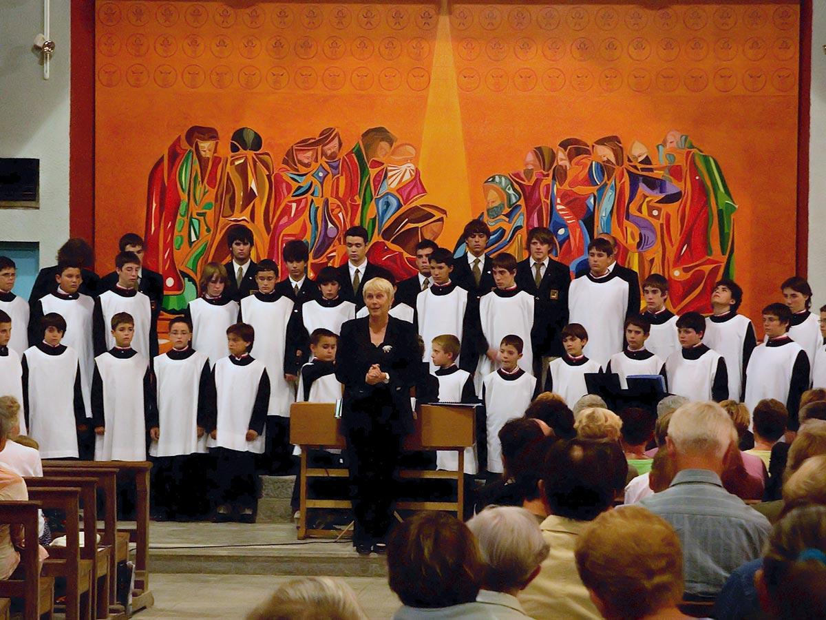 Petits Chanteurs d'Andorre chantent dans l'église du lavement des pieds