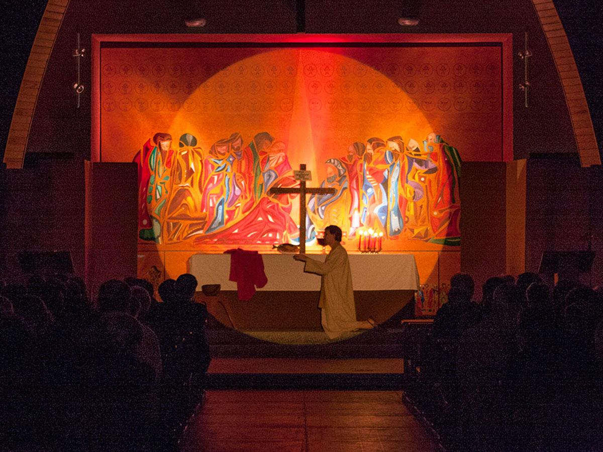 spectacle du lavement des pieds dans l'église de saint-tugdual