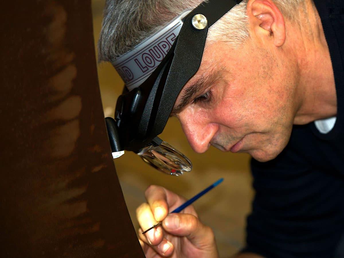 Yannig Guillevic apporte les derniers coups de pinceau avant le vernissage