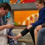 Lavement des pieds de douze enfants dans l'église du lavement des pieds